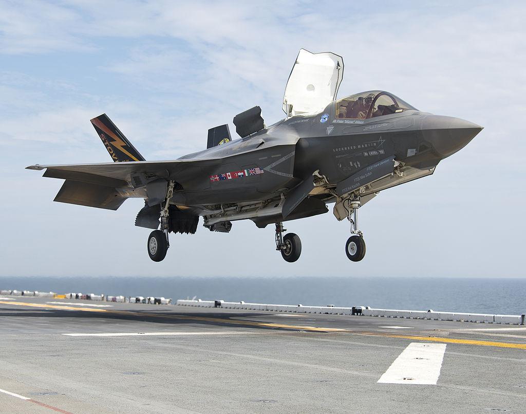 An_F-35B_Lightning_II_aircraft_lands_aboard_the_amphibious_assault_ship_USS_Wasp_(LHD_1)