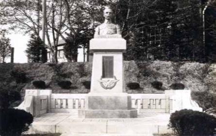 1928 フォール大佐像